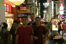 Les acteurs dans le decor. On a manque de peu la folie prevue pour la victoire des Hanshin Tigers, Equipe d'Osaka qui a remporte 2 jours apores notre visite, le championat national. Ca faisait 18 ans que ce n'etait pas arrive.