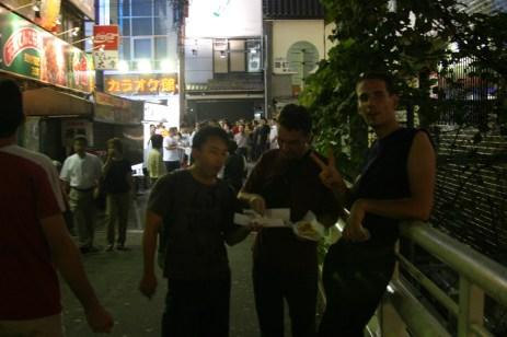 Les takoyaki sont prets et delicieux. On se regale.