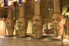 Un hotel amusant avec des figures sur pieds representant les 4 types de facies mondiaux. Dans le rayon Bizarreries.