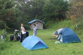 Arrive de nuit nous decouvrons notre lieu de campement en plein jour au reveil.