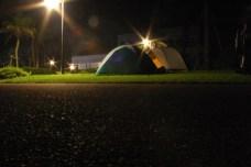 La campement la nuit: 3 tentes dans un camping desert mais pas ferme pour une fois. Nuit bien meritee apres de longue heures de route, une promenade au bord de l'eau avec baignade, et degustation d'alcool de patates (specialite de Miyazaki, que je ne conseille pas vraiment).
