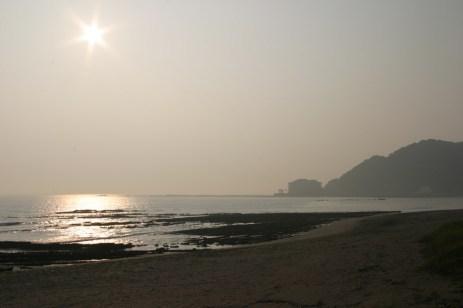 La dite plage de sable blanc.