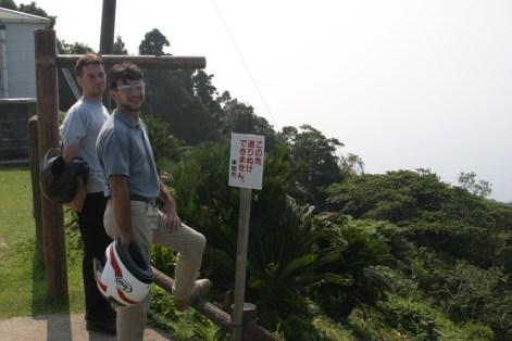 Les motards aiment les caps. Apres la pause, retour a la route pour les paysage lunaire de Sakurajima.