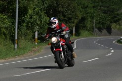 Lolo est beau a moto.