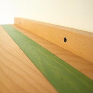 suruburile vizibile folosite pentru prinderea politei din lemn masiv, pe perete