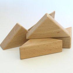 Scandura de lemn de fag taiata in forma de triunghi pentru set de constructii