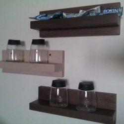 rafturi din lemn masiv pentru organizarea in bucatarie a borcanelor de condimente de la ikea