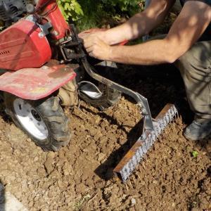 Am greblat si tasat in acelasi timp terenul pe care urma sa imprastiem semintele de gazon cu ajutorul unei greble DIY atasata la motocultor