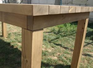 am ales o imbinare mecanica cu suruburi intre cadrul mesei din lemn de brad si picioarele dublu stratificate