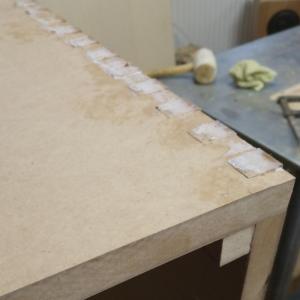 am lipit colturile mobilierului de baie din MDF vopsit si urmeaza sa le rotunjim pe interior si pe exterior