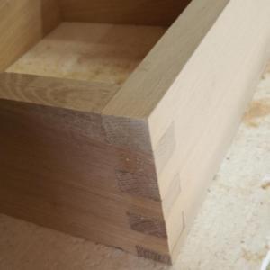 am folosit sablonul printat 3d pentru imbinari de scanduri in cazul acestui dulapior de baie din stejar masiv