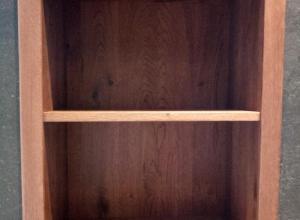 dulapul de baie din stejar masiv este montat in nisa peretelui i se potriveste perfect cu dulapul pentru mascarea scurgerii din MDF vopsit si lemn