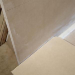 ca sa se poata potrivi cu colturile interioare ale mobilierului de baie, am rotunjit si colturile placii verticale ale mastii din MDF brut
