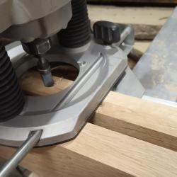am folosit ghidajul paralel pentru a putea freza canalul pe toata lungimea modulelor lustrei din lemn masiv de stejar