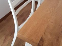 un mic detaliu cu coltul blatului de stejar pentru masa de living pentru a pune in evidenta contrastul extraordinar dintre stejarul natur si vopseaua alba a scaunelor si cadrului metalic