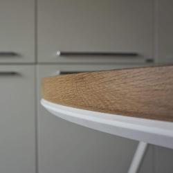 muchia blatului rotund din stejar periat dupa ce a fost montat pe un cadru metalic vopsit cu vopsea alba