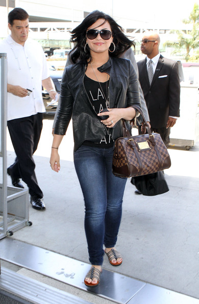 Demi+Lovato+Arriving+Flight+LAX+pxv5YQm6_zDl