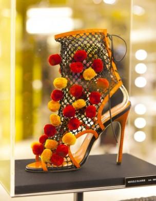 Exposition-Manolo-Blahnik-chaussures-rouges-et-jaunes-a-pompom_galerie_principal
