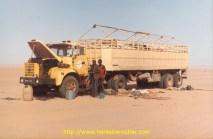 Un Nigerien en panne, qui attend un 1/2 arbre de roue. A cette époque ils faisaient la ligne sur la Lybie.