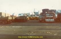 Attente de dédouanement au port d'Alger. Beaucoup de matériel de l'armée y est entreposé en bric en brac. On y déplore beaucoup de casse.