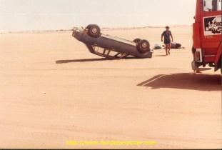Un passeur de voiture français, se retrouve sur le toit en voulant éviter un obstacle.
