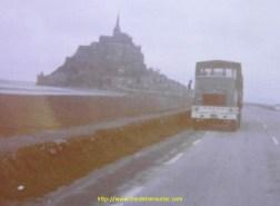 Un Volvo F88 des transports TLR de Livron, affrété chez Debeaux, photo souvenir au Mont Saint Michel