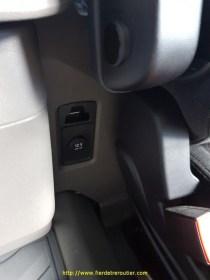 Prise 12v derrière le siège conducteur, pratique !