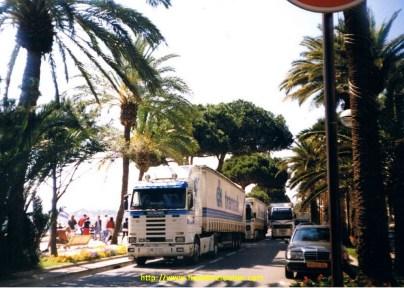 Démontage du festival de Cannes, devant le Martinez