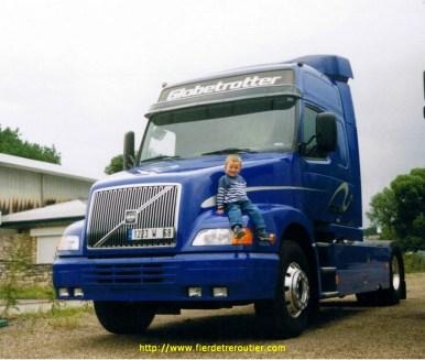 Louis pose fièrement sur le dernier Volvo NH12