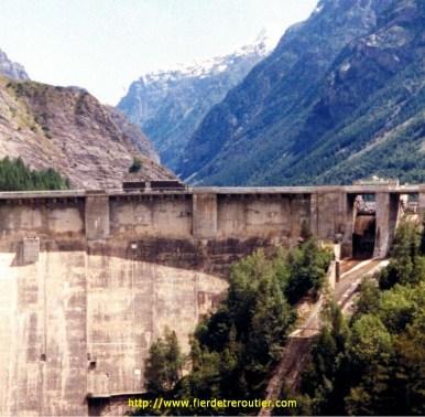 Sur le barrage dans les Alpes