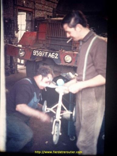 à l'atelier avec un Réo immatriculé en 1963 en arrière plan.