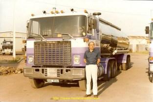 Dany Wauthier devant mon tracteur en 1982. La citerne qui est derrière était une Coder monocuve de 25000 litres que Bruno Wauthier avait racheté à l'usine de Bière Pelforth avec laquelle j'ai roulé pour Roquette en attendant d'avoir la première citerne bitronconique la 8005 LQ 62. Au début cette vieille Coder n'avait aucun brise lame car prévue pour le transport exclusif de bière, c'est-à-dire roulait soit complètement pleine ou à vide. Pour roquette le sorbitol que je chargeais avait une densité très supérieure ce qui obligeait à laisser un vide de 80 cm, imaginez le balan + de 25t de liquide qui se balladaient allègrement dans la cuve, par exemple à un feu rouge si je ne laissais pas le pied sur le frein l'ensemble avançait et reculait d'un mètre.