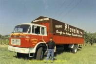 Michel Pasquier devant son 4 roues tout neuf. Les noms des chauffeurs étaient peints sur tous les camions.