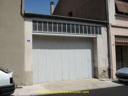 Le tout premier dépôt, Rue Chevalier Bayard, photographié en 2007. Petite rue étroite au centre du village. Les camions se garaient dans la rue.