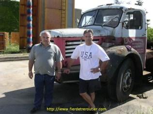 Jean-Loup et Christophe devant le doyen de l'entreprise
