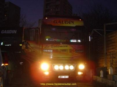 Le Bohémien avec les phares alumé et Donatien au volant tres rare car comme Jean Pierre les camions décorés c'est pas son truc !!!! il prefere son XF Noir.