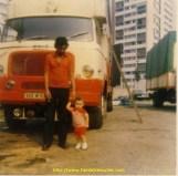 Denis avec son fils devant l'unic, le 2eme camion qu'il a acheté