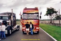 Douglas avec son camion et Denis au mans 2002