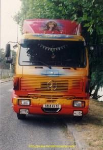 2eme deco, Le Mercedes a Denis etait un 1425 de 1985. la fille a Denis est peinte sur le deflecteur de toit. Ce camion a eu un acrochage il sera repeint coté droit et la face avant. Il a été ensuite conduit par le frere de Denis, Marc, quand Denis a eu la Gitane.
