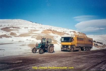 La route est si gelée que c'est un tracteur agricole qui doit tracter le Renault en Géorgie.