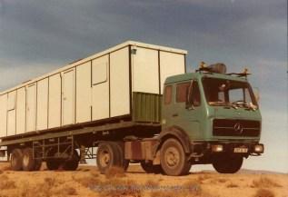 Lieu: routes de l'Algérie où je suis resté 1an pour Jean paul COURTY: chauffeur, puis patron mais toujours ami. Aujourd'hui décédé. Sur ces photos, on remarque l'impacte du jeune chameau sur la carrosserie du Mercédes.