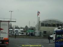 Au milieu, la caravane à Béa