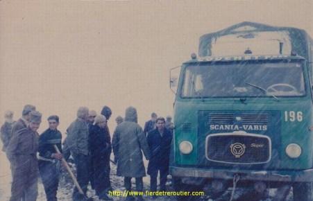 Dans un col Iranien, le Scania LB76 est bien en peine, pour affronter la tempète. Il a de plus la lourde mission d'aller livrer des abris aux victimes de tremblements de terres dans les Monts Khorassan.