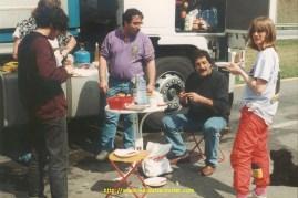 """Saxo, Tchcho, l'arménien, Brigitte et une table """"empruntée"""" au bistrot du coin."""