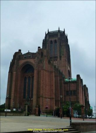 La cathédrale anglicane de Liverpool; d'une hauteur vertigineuse, d'une lourdeur accablante, et constitué de briques rouges comme pour se fondre parmi les édifices industriels.