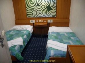 2 par chambre, c'est la mauvaise surprise. Heureusement mon voisin de fin de nuit est plutôt sympa, il me donne quelques conseils pour le débarquement à Dublin. Et puis nous dormons. Il ronfle un peu, moi aussi sans doute… La traversée dure à peine 4h. Le haut parleur nous réveille, nous sommes en Irlande.