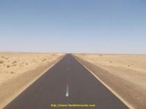Il y a d'immenses lignes droites et du desert à perte de vue