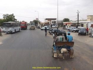 A chaque passage de ville c'est le bazar, les gens, les bus, les calèches ou meme les chèvres