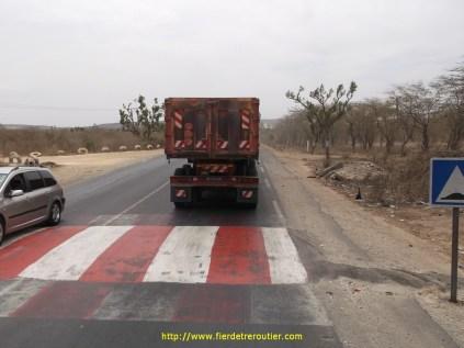 Pour lutter contre les accidents de la route, les autorités ont mis des dos d'ane partout, ils sont horribles, d'ailleurs ils les appellent des dos de chameau