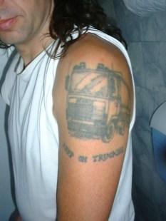 Je l'ai tellement aimé ce camion que je me le suis fait tatouer sur le bras)